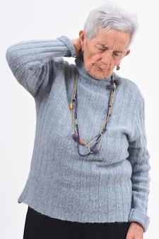 Dolor de mujer senior en la nuca en fundamento blanco