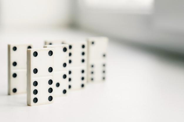 Dominó blanco, principio de dominó, sobre fondo blanco.