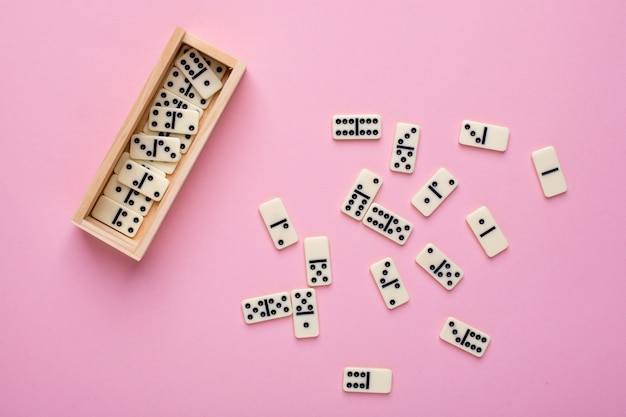 Dominó de juego de mesa en rosa