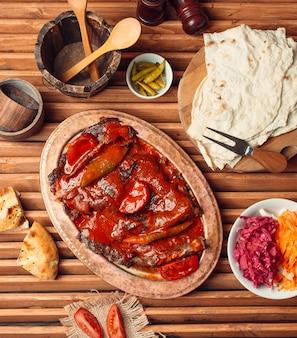 Donador de carne iskender en la vista superior de la mesa
