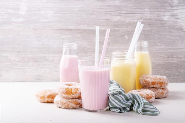 Donas de azúcar servidas con batidos.