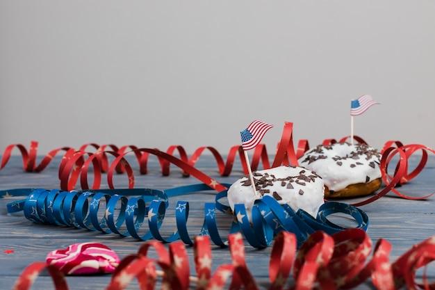 Donas decoradas con bandera americana y rayas de colores en espiral.