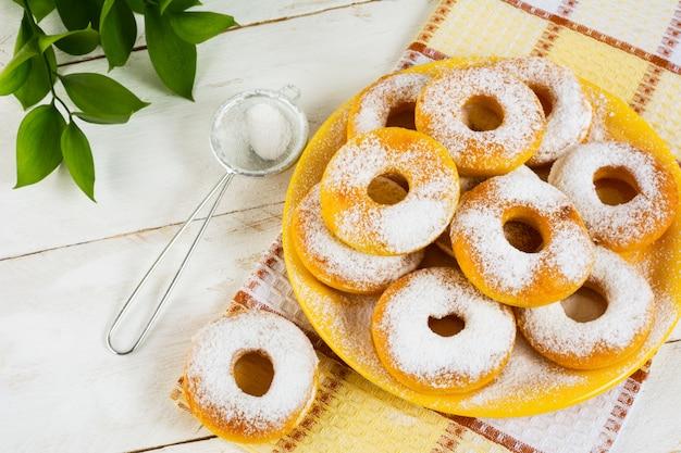 Donas dulces en polvo con azúcar en polvo