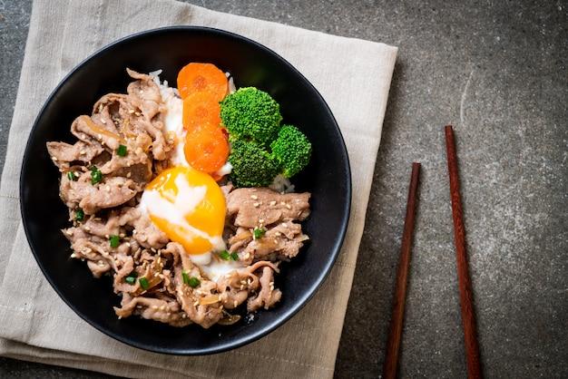 Donburi, cuenco de arroz con cerdo con huevo onsen y vegetales