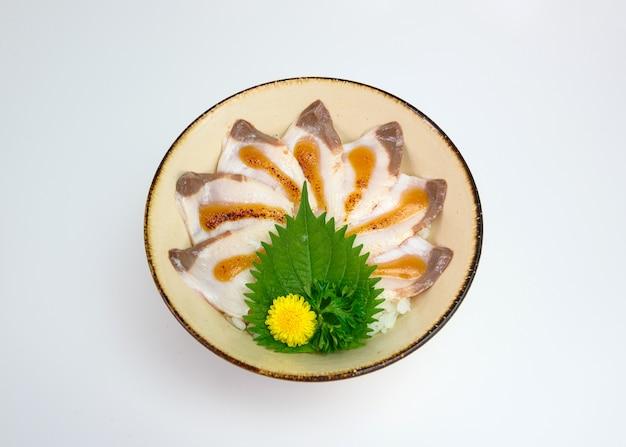 Donburi en rodajas conjunto de hamachi crudo con arroz japonés