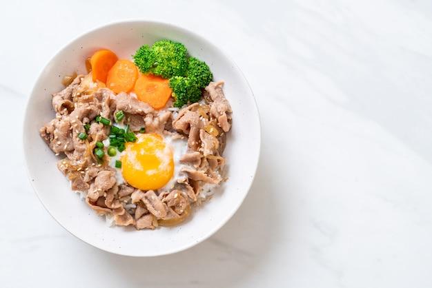 Donburi, tazón de arroz de cerdo con huevo onsen y vegetales