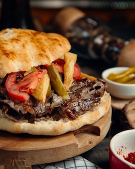 Doner de carne en pan con verduras