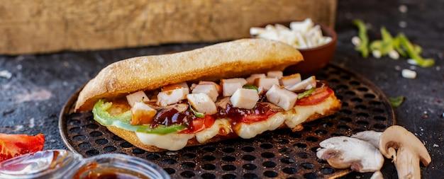 Doner comida mixta en pan baguette y queso feta sobre una plancha de madera