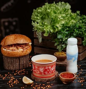Doner dentro del bollo de pan con sopa de lentejas rojas y yogurt