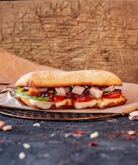 Doner iskender turco con alimentos mixtos y queso derretido sobre un mantel