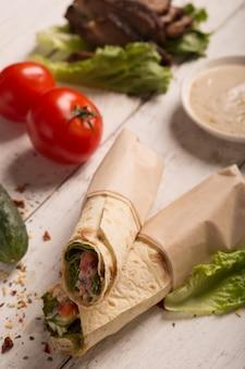 Doner kebab con carne frita y verduras
