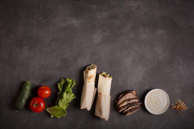 Doner kebab - carne de res frita con verduras. copiar espacio para texto