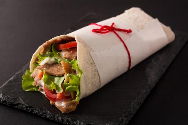 Doner kebab en pizarra negra
