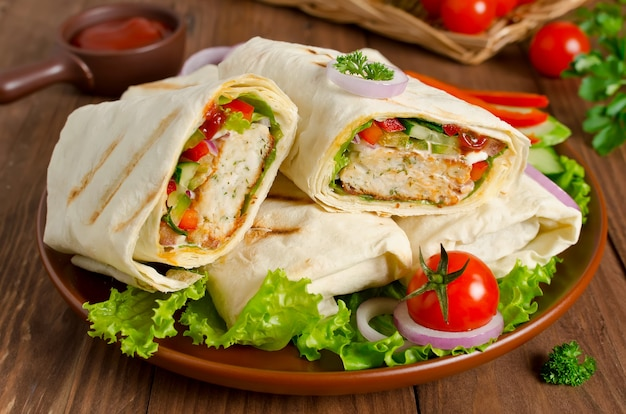Doner kebab turco shawarma roll con carne, verduras y pan de pita en una madera