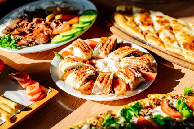 Doner en rodajas servido con comida diferente