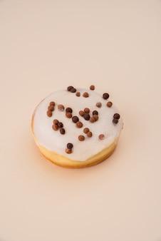 Donut blanco con escamas aisladas