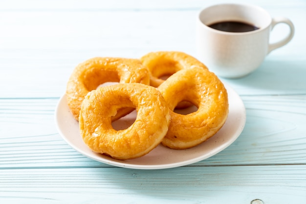Donut con café negro