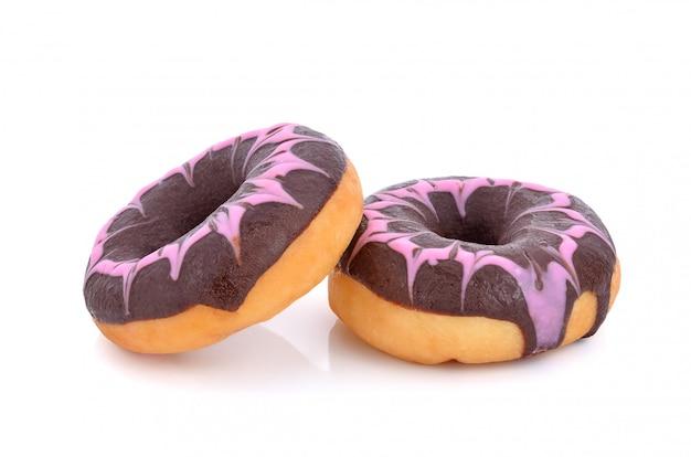 Donut de chocolate aislado sobre fondo blanco.