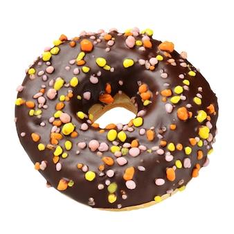 Donut de chocolate con chispitas aislado