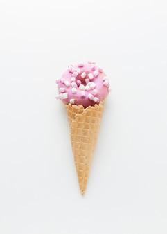Donut encantador en cono de helado
