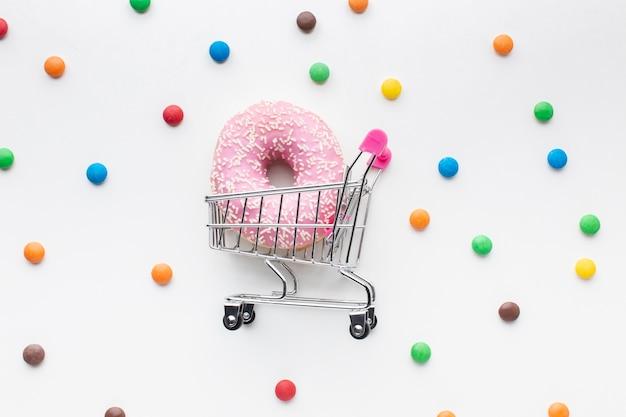 Donut glaseado en carro plano
