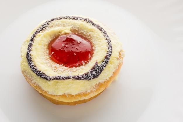 Donut en un plato blanco, donut con fondo blanco