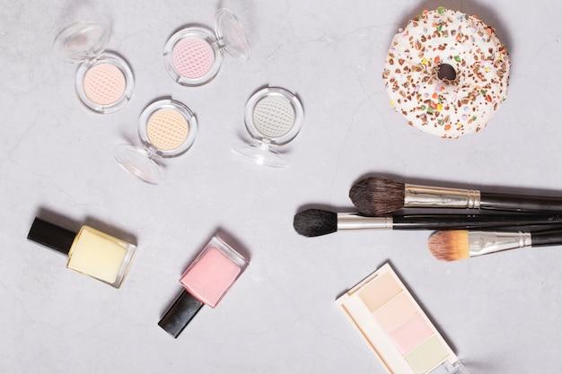 Donut y productos de belleza