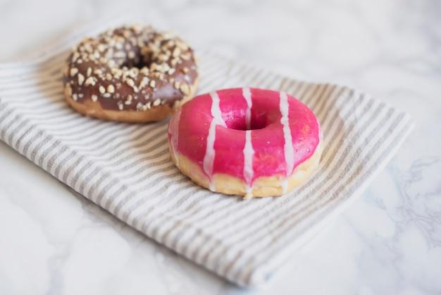 Donut con sabor de alto ángulo en una toalla