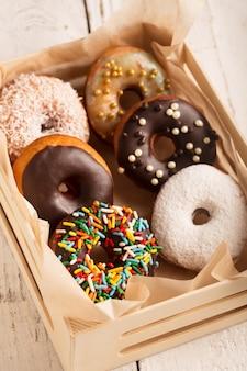 Donuts en una caja de madera