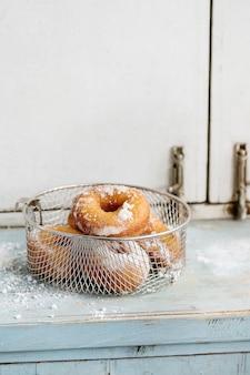 Donuts caseros con azúcar en polvo