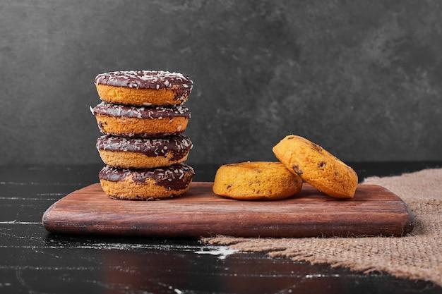 Donuts de chocolate en una bandeja de madera
