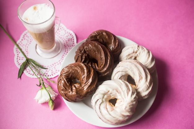 Donuts de chocolate galletas horneadas sobre fondo rosa