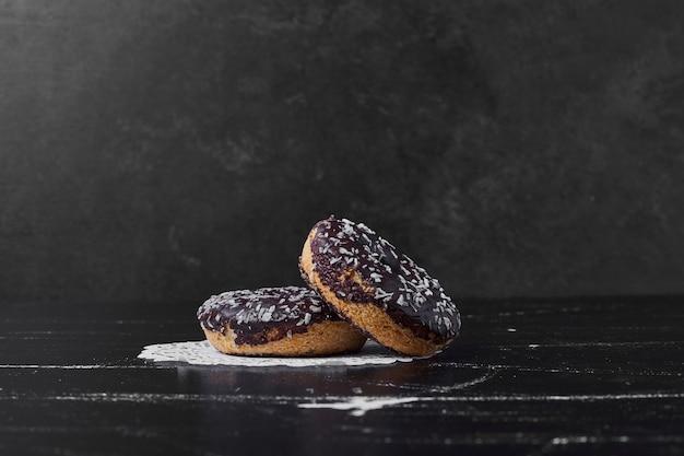 Donuts de chocolate con ganache de nata.