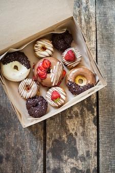 Donuts de colores en caja