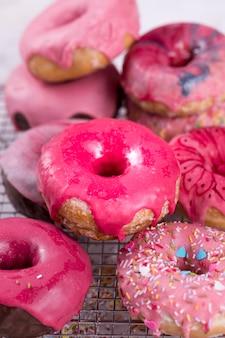 Donuts dulces poco saludables de cerca