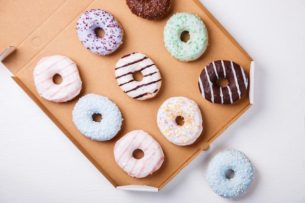Donuts en esmaltes de colores sobre un fondo blanco