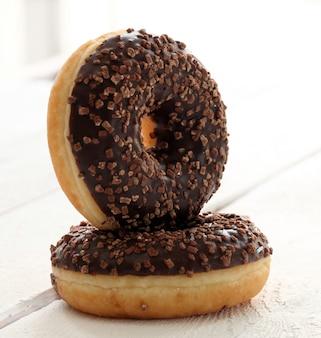 Donuts frescos y sabrosos con glaseado de chocolate