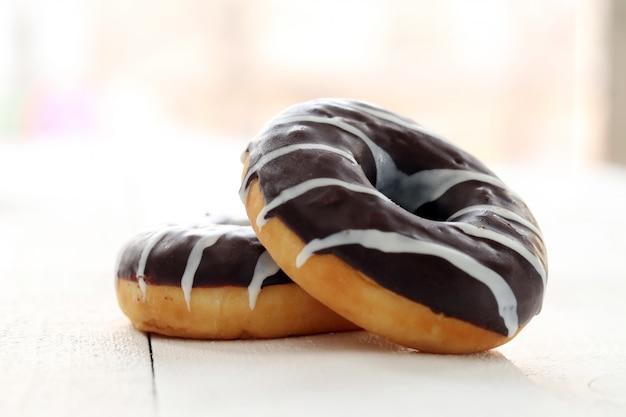 Donuts frescos y sabrosos con glaseado marrón