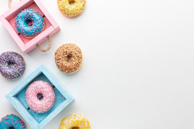 Donuts glaseados en cajas copia espacio
