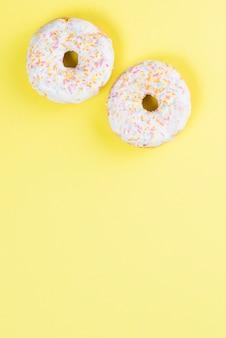 Donuts glaseados dulces decorados con chispitas de colores