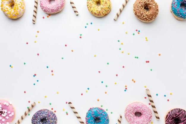 Donuts glaseados sobre fondo liso