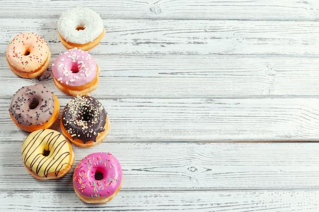 Donuts glaseados sobre fondo de madera