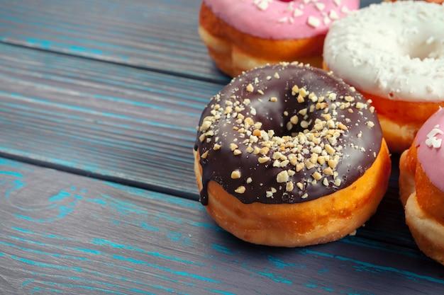 Donuts glaseados sobre superficie de madera