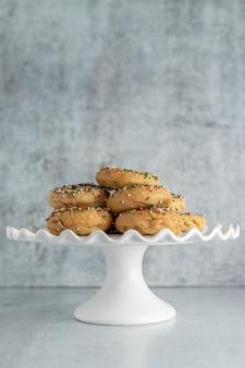 Donuts navideños en un puesto de pasteles