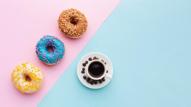 Donuts preciosos y espacio de copia de café