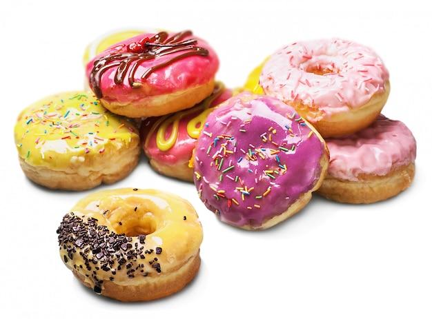 Donuts con relleno aislado sobre fondo blanco.