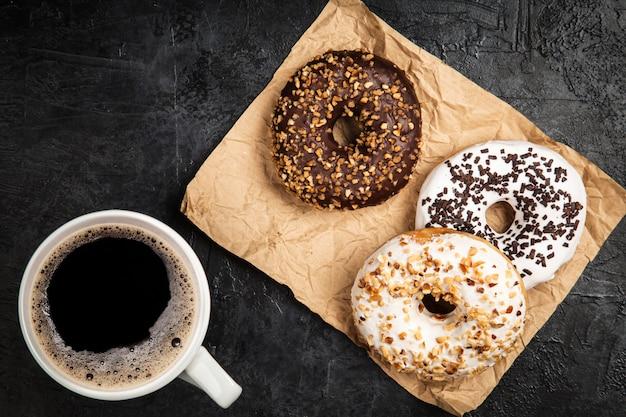 Donuts sabrosos sobre fondo oscuro