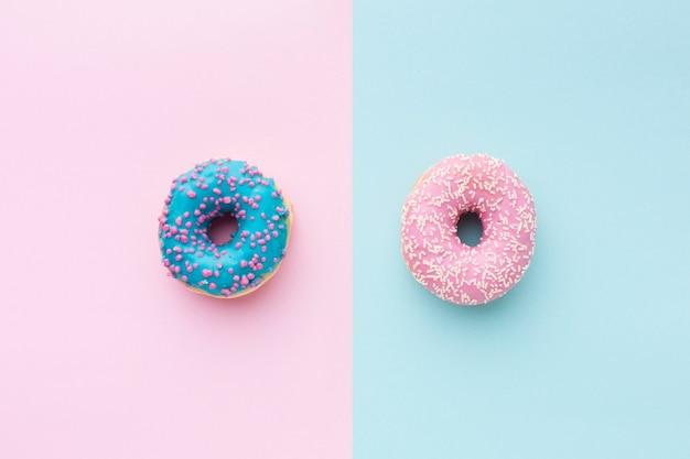 Donuts sobre fondo de rayas de colores