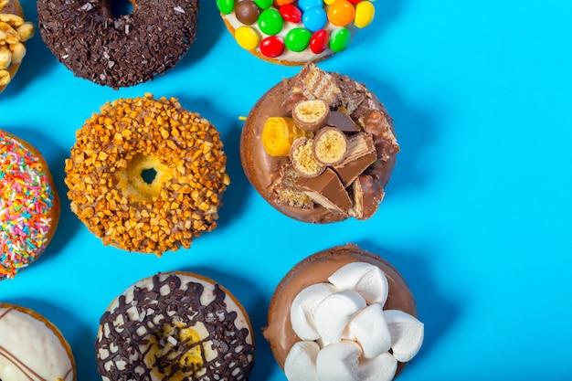 Donuts surtidos en un azul