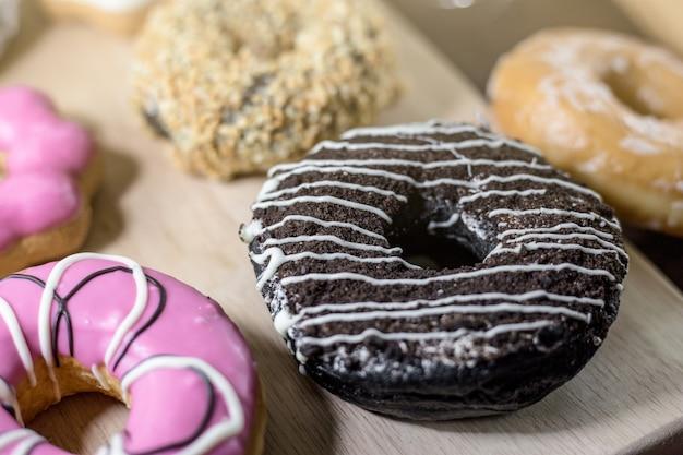 Donuts surtidos con chocolate glaseado, rosa glaseado y asperja donuts
